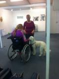 Mitzy besöker kvinna i rullstol.