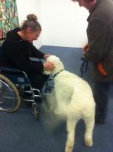 Charlie träffar patient i rullstol.