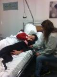 Kalle värmer frusen patient.