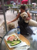 Charlie passade på att gosa lite innan lunchen.