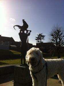 Staty i Laholm, försedd m handväska =) det är en naken kille med en tupp på huvudet....