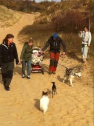 Nayana fick hjälpa till att dra barnvagn över dynerna =)
