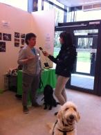 Marie blir intervjuad av Sveriges radio.