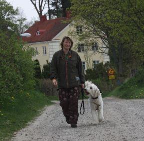 Framför Talldungens gårdshotell.