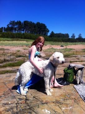Nybadade kompisar, Linnea och Charlie på stranden.