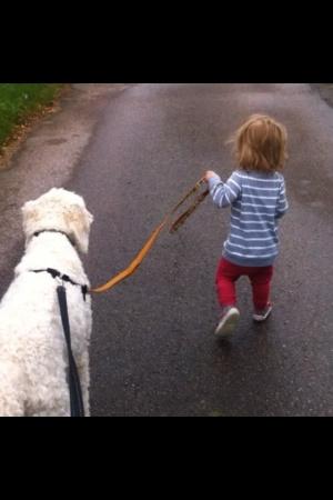 Milia och Cjharlie på promenad.
