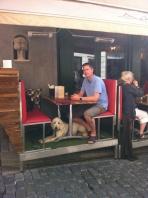 Ett ben till Charlie och god lunch intogs i skuggan i Gamla stan.