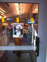 Dörren in till Vallås bibliotek idag: