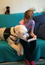 Charlie lernt sich auch lesen =) Linnea tränar läsning med Charlie.