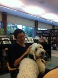 Charlie i knät på bibliotikarien Hanna.