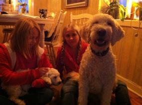 Agnes och Linnea med Saga och Charlie. De passade Saga och tränade läsning och trick med Charlie i skift. Tack tjejer för hjälpen!