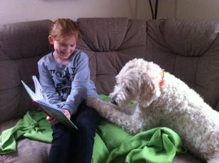Läsning med systerdotter Linnea som hjälper mig att träna hundarna.
