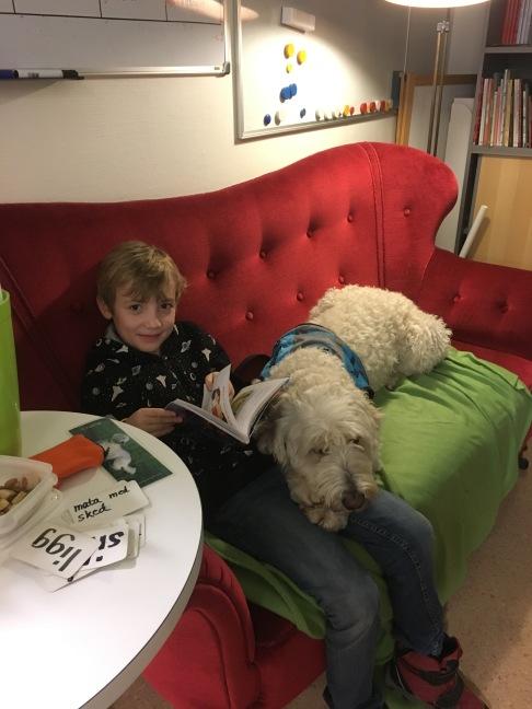 Theodor och Charlie i läsesoffan =)