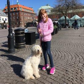 Saga och Linnea på torget i Halmstad. Hundgodis till Saga och strax glass i solen för Linnea.