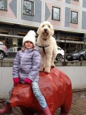 Linnea och Charlie. På Söder hittade vi denna björn.