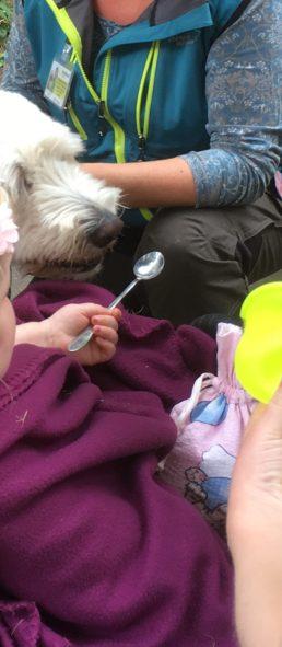Charlie äter från sked. Vi träffar barn och ungdomar från Barnkliniken idag.