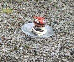 blodpudding, leverpastej, ost m.m. och bacon på toppen. Albins lillmatte hade gjort dem