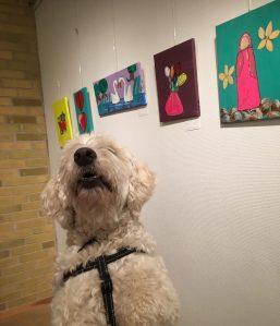 Träffa trevliga barn och få vara bland fin konst. Livet som läshund =)