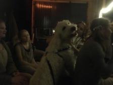 Charlie hos barnen bakom scen.
