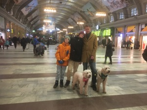 David, Jakob, Anders, Saga och Charlie i vimlet på centralstation i Stockholm.