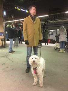 Saga med husse på Stockholms centralstation.