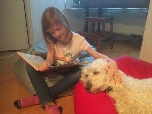 Saga får också träna sig i att lyssna när Linnea läser. En dag är förhoppningen att även hon kan jobba som läshund.