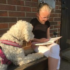 Saga fick träna sig att ligga stilla när Clara läste ur en Sune- bok