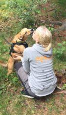 Jinkx öser kärlek på Malin som håller i Dogparkoren