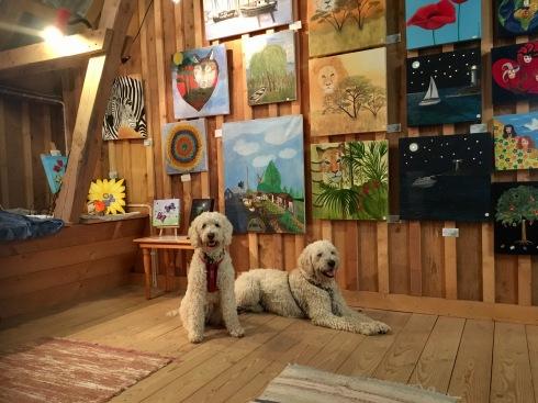 Hantverk och tavlor på Lizzies cafe, Holm