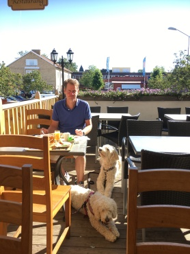 Anders, Charlie och Saga när vi äter frukost på Vaxblekaregården. Charlies ben tog just slut, nu vill han ha lite frukostbuffé....