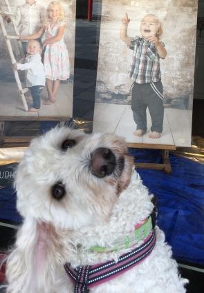 Saga på stan. vi ser våran Isaac i skylten på Strands foto.
