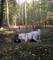 Saga blev glad när hon hittade killarma bakom en kulle.