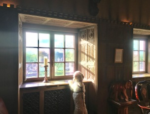 Vackert rum med enormt arbetade förutser. Så vackert när solen sken in.