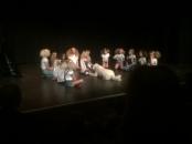 Charlie på scen med alla barnhemsbarnen. Clara som Annie här.