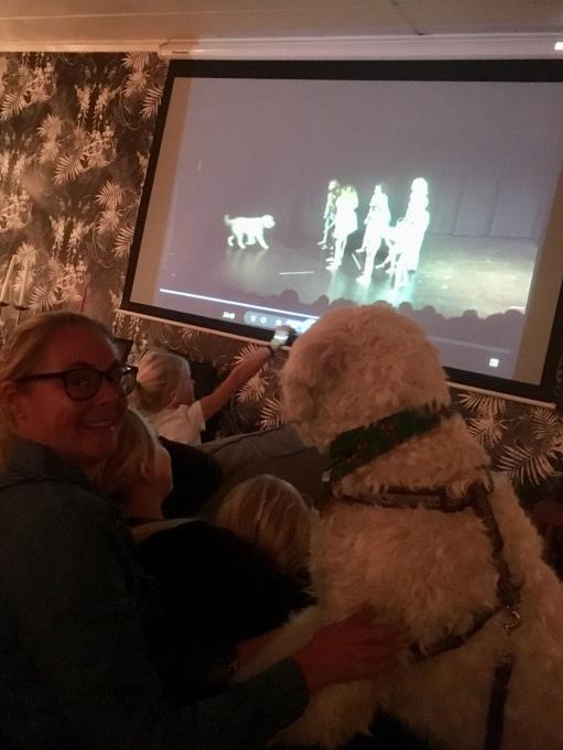 Charlie i knät på Annika Santesson, regissören, och tittar på sig själv på TV...