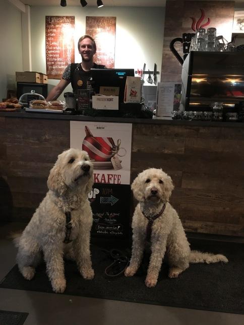 Charlie och Saga inne på Cortado coffeeshop