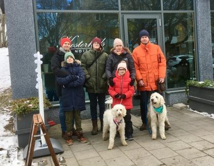 Hela gänget utanför Kosterheds café i Solna