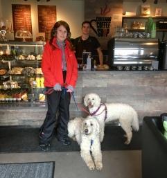 Linnea, Charlie och Saga framför disken på Cortado coffeshop där vovvar är välkomna