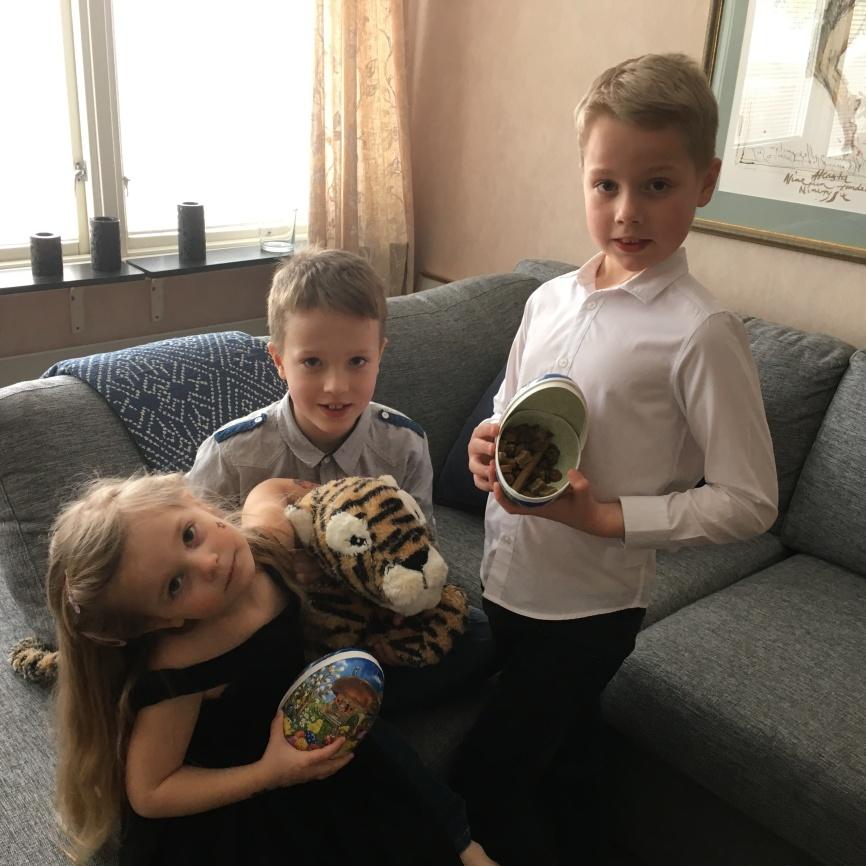 Strax ska äggen gömmas.... Eric, Pfilip och Milia hittar på kluriga ställen.