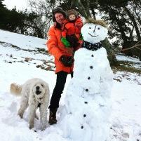 På långfredagen byggdes denna stora Snögubbe tillsammans med Isaac