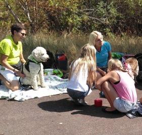 Vårdhundseleven Svante tittar på vad tjejerna hittar på med Hjördis