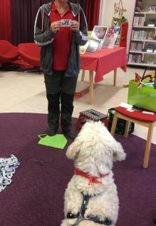 Läshunden Charlie läser sitt