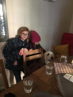 Linnea, Milia och Charlie på bilden men vi var ett helt gäng med på detta hundvänlig restaurangen Under Kastanjen i Gamla stan