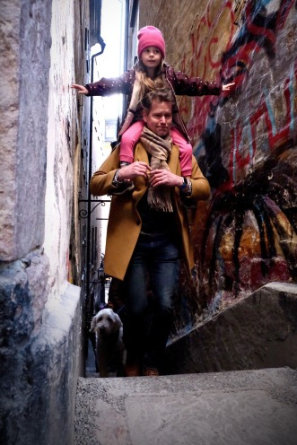 Vi hade sån tur att vi just dök upp i trappgränden i Gamla stan när en grupp fotografer gick kurs.... och bl.a dessa tre fastnade på bild på fotokursen