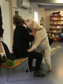 Charlie pussar på Lena- Maria som håller på att gå igenom lite av de teoretiska delarna av utbildningen.